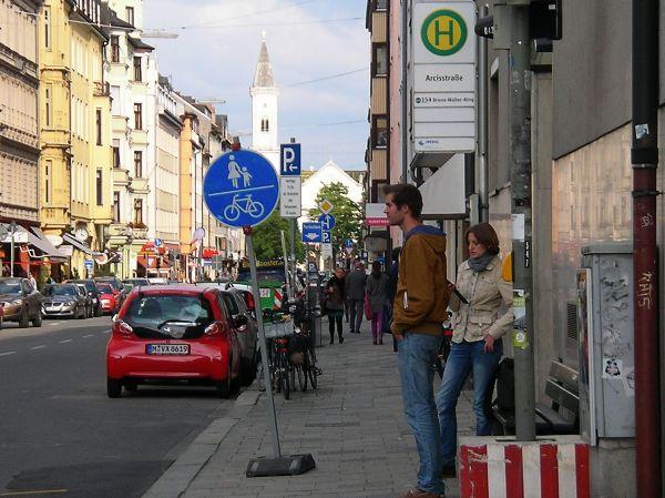 Schild auf Gehweg Schellingstraße