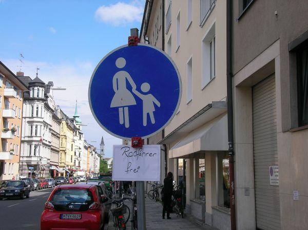 Gehwegschild auf dem Gehweg Schellingstraße