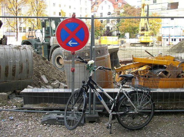 Fahrrad am Bauzaun Josephsplatz
