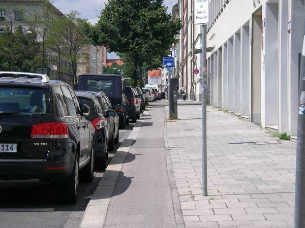 Benutzungspflichtiger Radweg (Von-der-Tann-Straße)