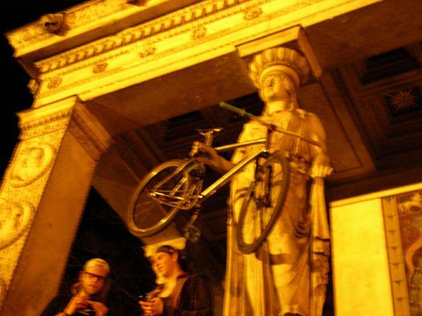 Friedensengel - Statue mit Fahrrad