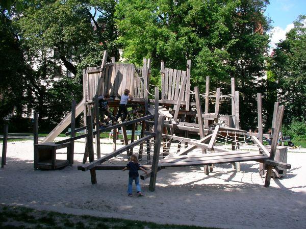 Holzklettergerüst für größere Kinder