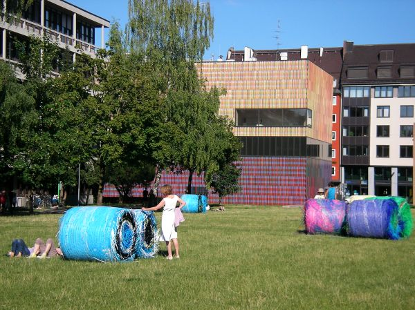 Strohballen an der Pinakothek der Moderne