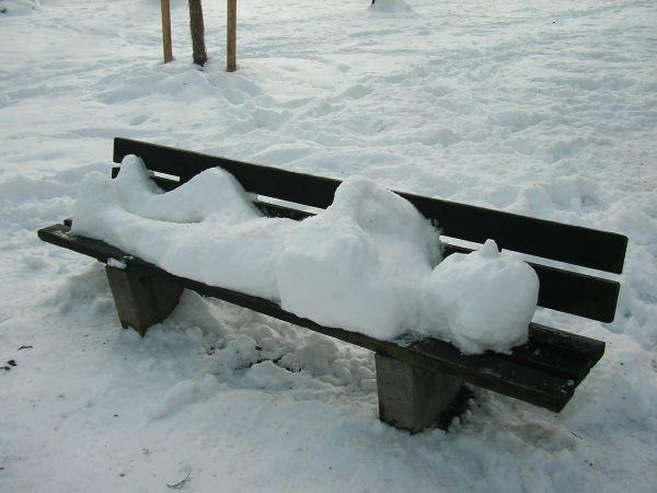 Schneeskulptur auf Bank im Alten Friedhof