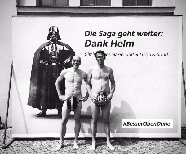 Aktivisten vor DankHelm-Plakat