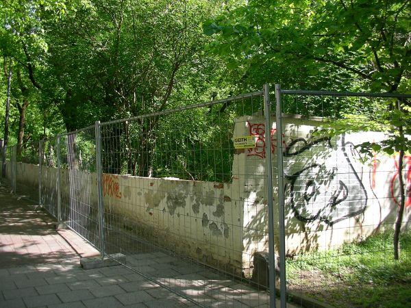 alte Friedhofsmauer an der Adalbertstraße