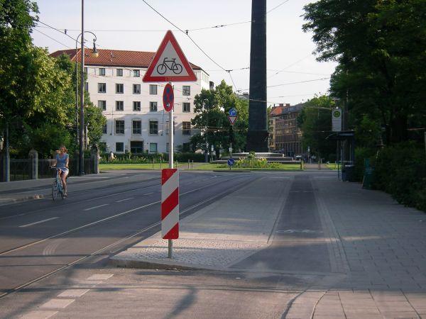 Karolinenplatz - Haltestelle mit Radstreifen
