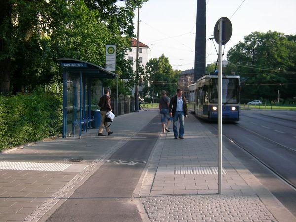 Karolinenplatz - Haltestelle mit Straßenbahn und Radstreifen