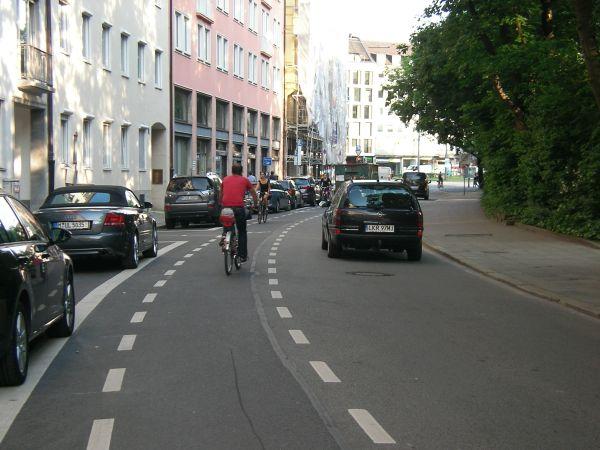 Geisterradler auf dem Schutzstreifen Sophienstraße