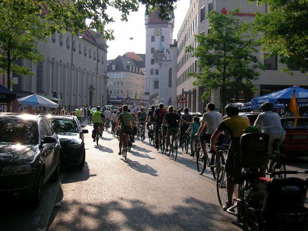 Münchner Fahrraddemo in Richtung Marienplatz