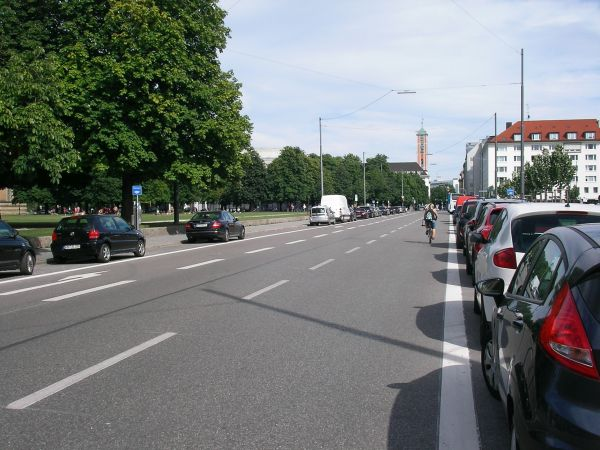 Gabelsbergerstraße auf der Höhe der Alten Pinakothek