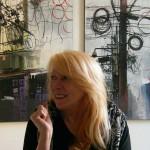 Rosa Quint vor China-Bildern