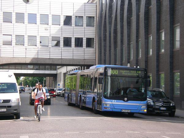 Theresienstraße mit Bus der Museumslinie