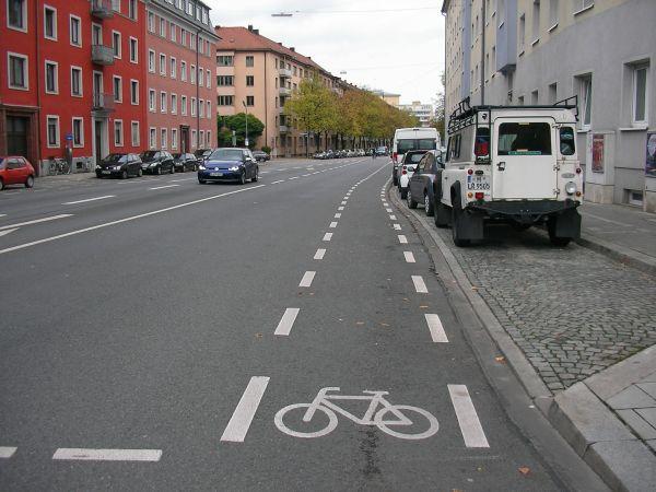 Radstreifen in der Karl-Theodor-Straße