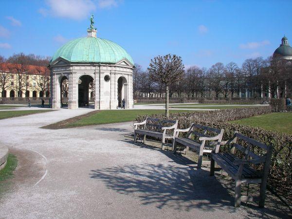 Hofgarten-Pavillon im Vorfrühling