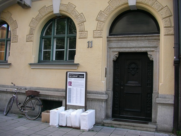 weiße Koffer in der Richard-Wagner-Straße 11