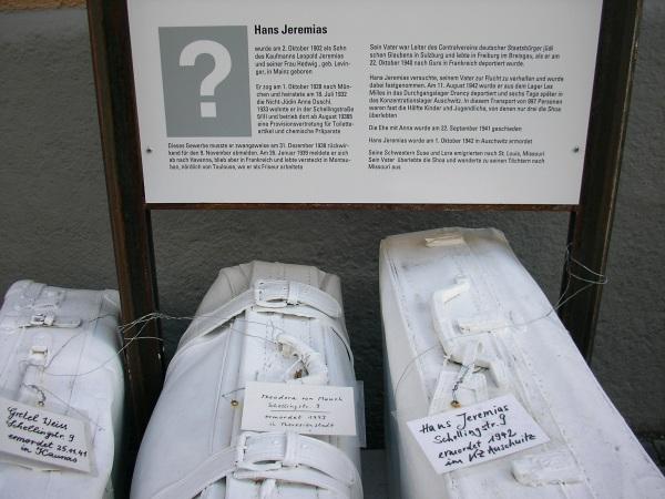 weiße Koffer in der Schellingstraße 9