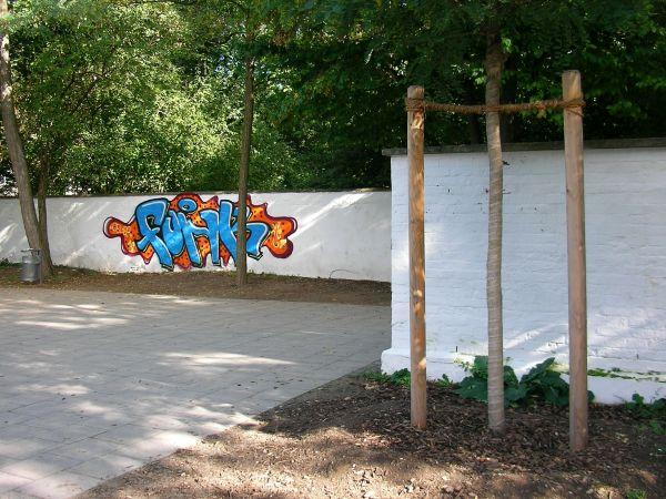 Graffiti an der Friedhofsmauer