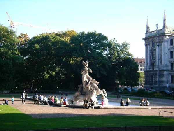 Neptunbrunnen im Oktober