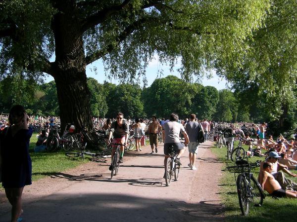 Radfahrer und Fußgänger am Schwabinger Bach
