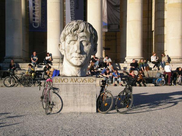 Skulptur vor Glyptothek - Charakterköpfe